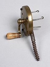 RARE TRESSEUR de bas de ligne en laiton, manivelle en os, circa 1880.