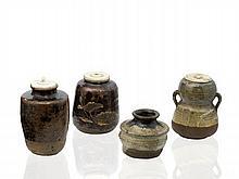 QUATRE CHAIRE EN GRÈS ÉMAILLÉ BRUN, NOIR ET OLIVÂTRE, JAPON, ÉPOQUE EDO (1603-1868)