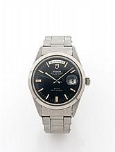 TUDOR DATE-DAY vers 1970 Montre bracelet en acier. Boîtier rond. Couronne et fond vissés. Cadran noir avec indication du jour à...