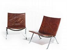 Poul KJAERHOLM 1929-1980 PAIRE DE CHAUFFEUSES MOD. PK22 - 1955 Structure en acier plat brossé, assise et dossier recouverts de cuir...