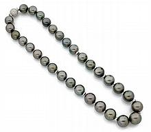 COLLIER De perles de Tahiti grises en chute, alternées de disques, comme le fermoir sphérique en or gris 18k (750), serti de diama...