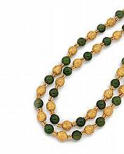 COLLIER A L'ANTIQUE Formé de deux rangs de boules de néphrite alternées de sphères en or jaune 18k (750), appliquées de filigranes...
