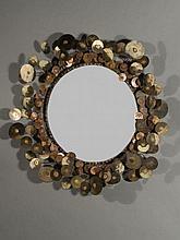 CURTIS JERE  Grand miroir - Circa 1970 Cadre en acier, cuivre et bronze soudé, miroir