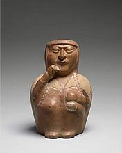 VASE ANTHROPOMORPHE Culture Mochica, nord du Pérou Intermédiaire ancien, 100 - 600 après J.-C. Céramique à engobe brun clair et blan...