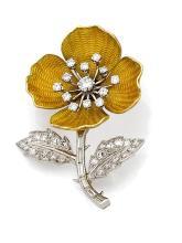 BOUCHERON CLIP DE CORSAGE En platine (950) et or jaune 18k (750), stylisé d'une fleur à quatre pétales guillochés émaillés jaune...