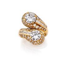 BULGARI BAGUE CROISEE En or jaune 18k (750), à deux spatules serties chacune de diamants taillés en brillant dans un pavage de d...