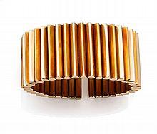 BRACELET RIGIDE OUVERT En or de couleurs 18k (750), formé de deux bandeaux de bâtonnets à section piriforme Tour de poignet : 16...