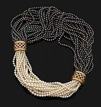 François HERAIL COLLIER Formé de deux torsades de multiples rangs de perles blanches ou teintées grise entrecoupées de deux band...