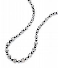 COLLIER Formé de trente perles et de disques en or gris 18k (750), entièrement sertis de diamants taillés en brillant alternés de...