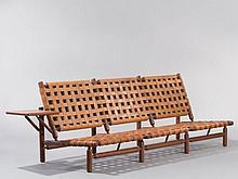 Ilmari TAPIOVAARA (1914-1999) CANAPE TROIS PLACES À TABLETTE 1957 Structure en teck, assise et dossier en bandes de cuir tressées