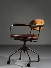Hans J. WEGNER (1914-2007) RARE FAUTEUIL PIVOTANT MOD. B 621 1950 Structure en métal chromé, assise et dossier revêtus de cuir