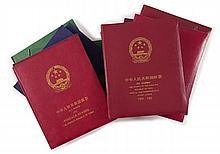 Chine - 7 Albums et différentes plaquettes contenant des timbres-poste neufs de la République Populaire de Chine, période 1982 à 199...