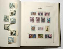 Principauté de Monaco - Album contenant des timbres-poste modernes dont séries oiseaux de Poste aérienne, une avec charnière.
