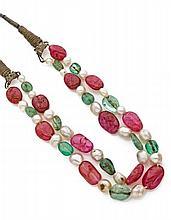 COLLIER deux rangs de cristaux de rubis ou d'émeraudes alternés de perles fines sur deux cordons de soie. Travail indou  Long....