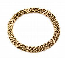 VAN CLEEF & ARPELS Collier en or jaune formé de trois chaînes cordées en chute. Signé Van Cleef & Arpels 62312 Long. : 40,5 cm...