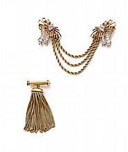 PAIRE DE CLIPS DE CORSAGE en or jaune et platine forme de nœud de ruban ajouré sertis de diamants taillés en brillant et de rubis,...