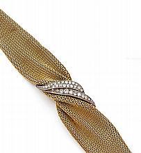 BRACELET en or jaune et palladium formé d'un bandeau en dégradé drapé et agrafé de diamants taillés en brillant. Vers 1960. Lo...