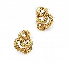 CHAUMET Paire de clips d'oreilles en or jaune formés d'anneaux imbriqués guillochés et bossolés.  Vers 1970.  Signé Chaumet Pa...