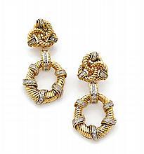 GRAFF Paire de pendants d'oreilles formés chacun de trois anneaux filetés imbriqués retenant une élipse spiralée adaptable, l'ense...
