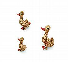 VAN CLEEF & ARPELS Trois clips de corsage en or jaune en chute, stylisés chacun d'un canard, d'une canne et d'un caneton, les becs..