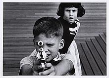 William KLEIN (Né en 1929) Boy + gun + girl, New York, 1955 Tirage argentique postérieur