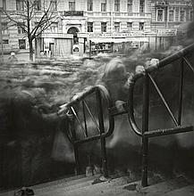 Alexey TITARENKO (Né en 1962) La foule à l'entrée de la station de métro Vassileostrovskaya, St Petersbourg 1993 Tirage argentique a..