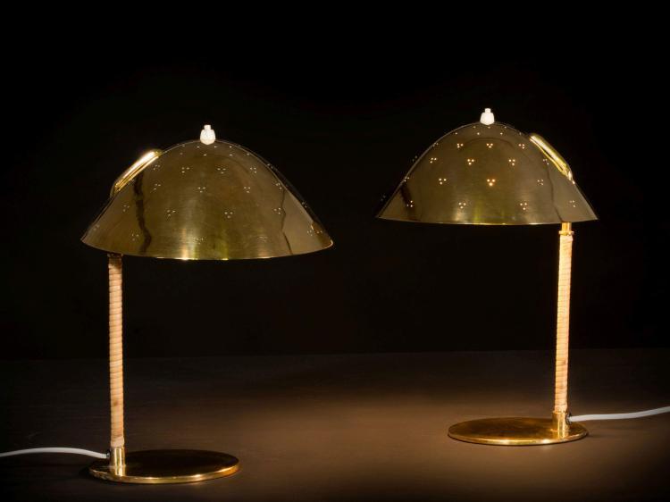 Paavo TYNELL (1890-1973) Paire de lampes de table mod. 9209 - Circa 1950 Base en laiton, fût en laiton recouvert de rotin, réflecteu...