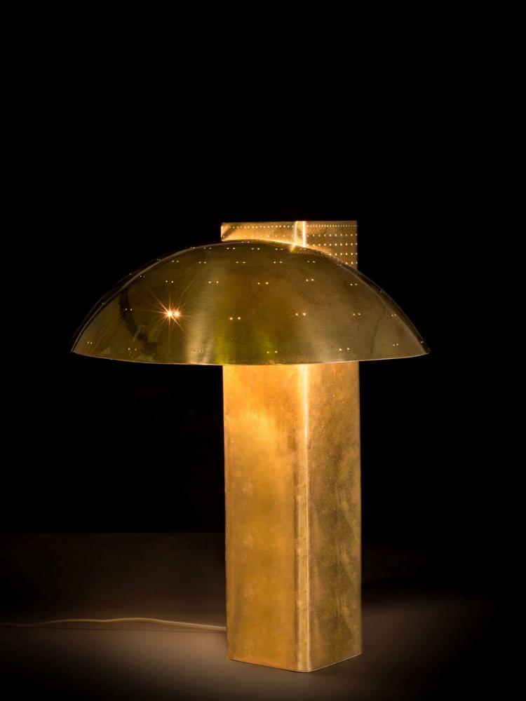 Paavo TYNELL (1890-1973) Rare lampe de table, variante du mod. 9630 - 1950 Fût en laiton partiellement perforé, réflecteur en laiton...