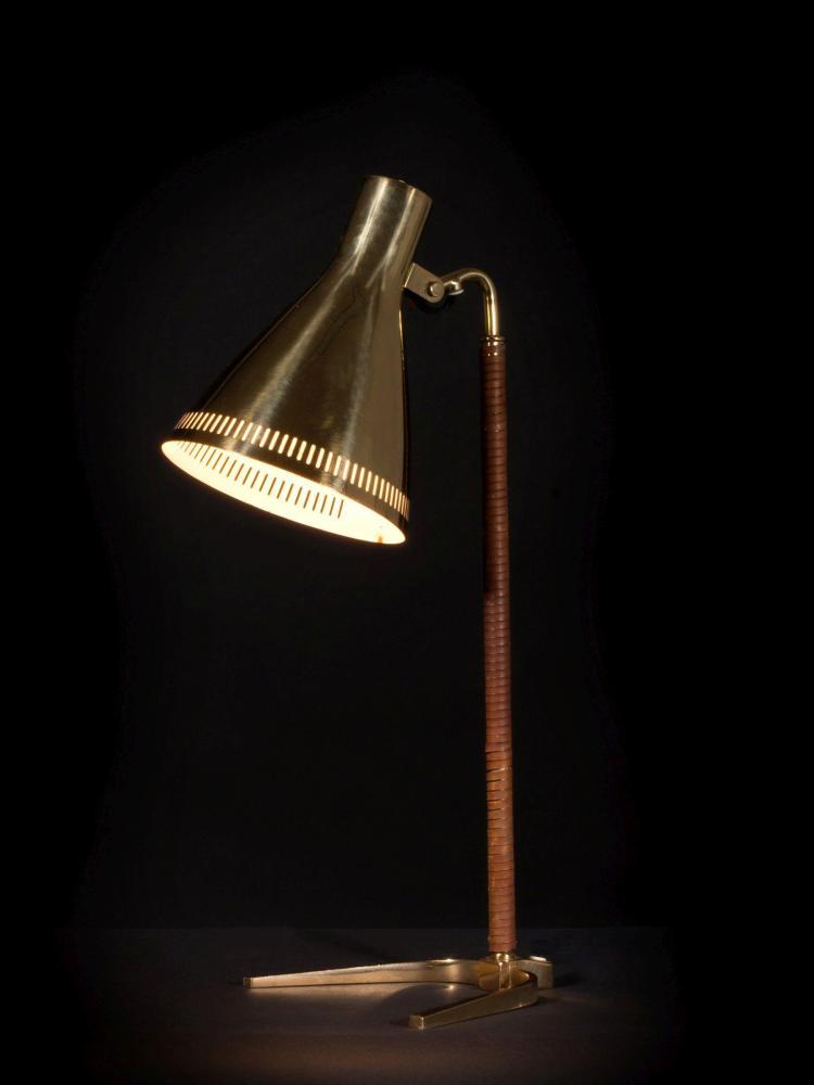 """Paavo TYNELL (1890-1973) Lampe de table mod. 9224 dite """"Horseshoe"""" - Circa 1950 Structure en laiton, fût gainé de cuir, réflecteur e..."""