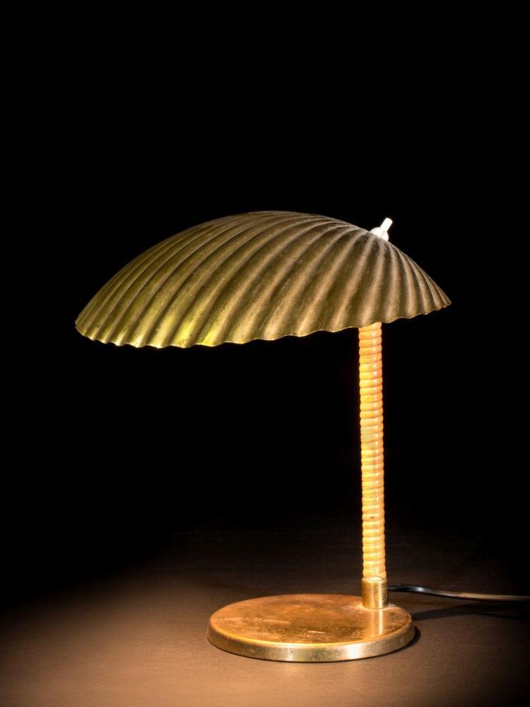 Paavo TYNELL (1890-1973) Lampe de table mod. 5321 - Circa 1950 Base en laiton, fût gainé de rotin, réflecteur en laiton
