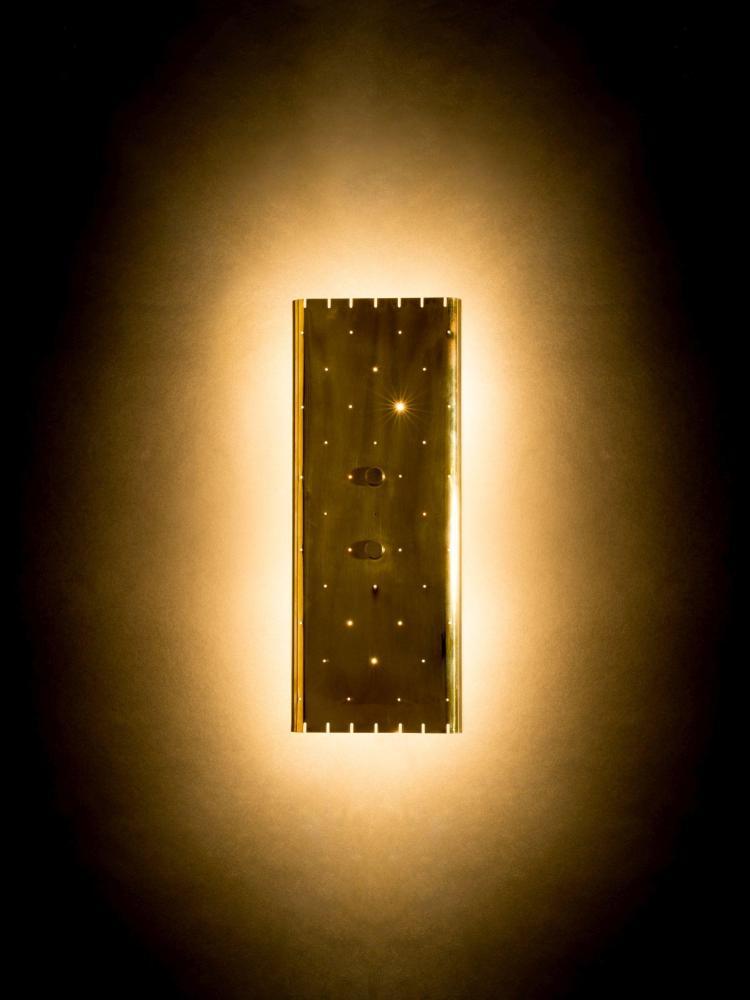 Paavo TYNELL (1890-1973) Applique variante du mod. 6201 - Circa 1955 Base en laiton, réflecteur en laiton perforé et ajouré