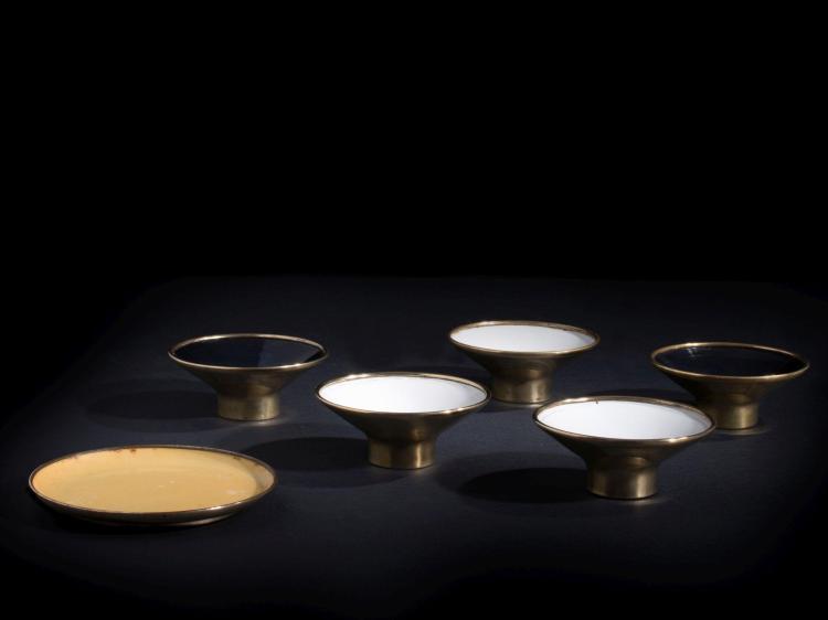 Paavo TYNELL (1890-1973) Suite de six bols - Circa 1950 Laiton émaillé blanc, noir et jaune