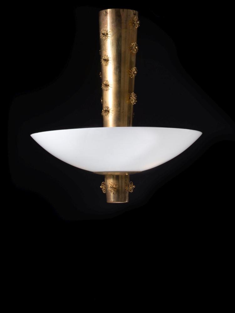 Paavo TYNELL (1890-1973) Suspension mod. 9040 - Circa 1940 Structure à décor floral en laiton, réflecteur en verre opalin par Kurhul...