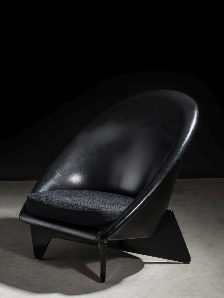 """Antti NURMESNIEMI (1927-2003) Fauteuil dit """"Palace Hotel Chair"""" - 1952 Piètement en bois laqué noir, structure recouverte de cuir sy..."""