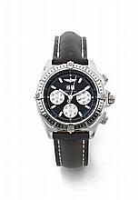 BREITLING CHRONOMAT vers 2008 Beau chronographe bracelet en acier. Boîtier tonneau, fond vissé. Lunette acier tournante. Cadran...