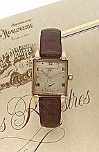 PATEK PHILIPPE Réf: 2409 n°649907 vers 1945 Rare montre bracelet carrée en or rose. Anses stylisées. Cadran crème avec chiffres...