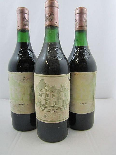 12 bouteilles CHÂTEAU HAUT BRION 1982 1er GC Pessac Léognan (niveaux de 2,5 à 4 cm