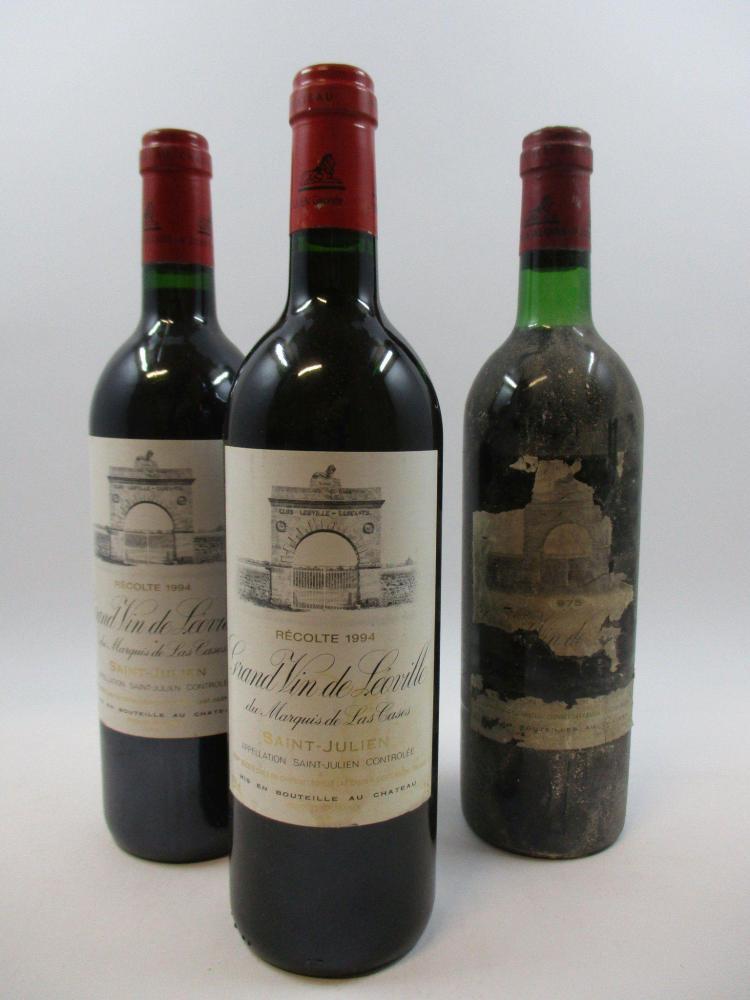 3 bouteilles 1 bt : CHÂTEAU LEOVILLE LAS CASES 1975 2è GC Saint Julien (base goulot, étiquette quasi détruite)2 bts : CHÂTEAU LEOVIL...