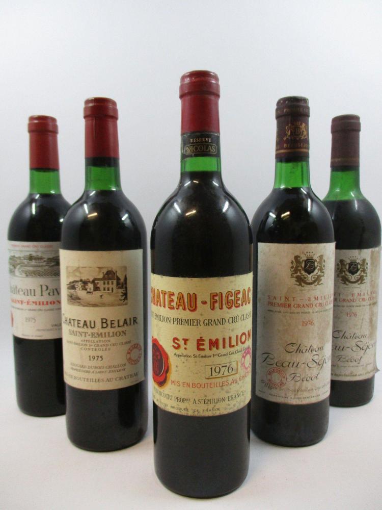 12 bouteilles 1 bt : CHÂTEAU PAVIE 1975 1er GCC (B) Saint Emilion (base goulot, étiquette légèrement abimée, tampon Réserve Nicolas)...