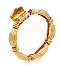 O.J. PERRIN Vers 1970 Originale montre bracelet de dame en or 18K (750). Boîtier tonneau curvex. Cadran blanc avec chiffres roma...