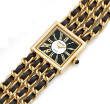 CHANEL MADEMOISELLE, n° 37828, vers 1990 Montre bracelet de dame en or 18K (750). Boîtier carré. Cadran deux tons noir et nacre...