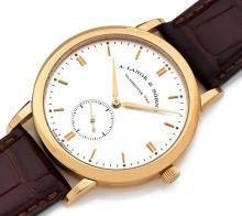 A. LANGE & SÖHNE SAXONIA, n° 179794, vers 2009 Belle montre bracelet en or 18K (750). Boîtier rond. Fond saphir. Cadran argent a...