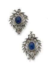 PAIRE DE CLIPS DE CORSAGE En or gris 18k (750), formés chacun de deux noeuds de ruban, retenant une couronne de laurier sertie de...