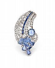 CLIP DE CORSAGE En platine (950), stylisé d'un panache à décor de bandeaux sertis de diamants taillés en brillant ou de croisillon...