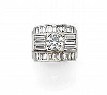 BAGUE DE GENRE CHEVALIERE En platine (950), à ressaut serti d'un diamant taillé en brillant entre six diamants baguette et deux ba...
