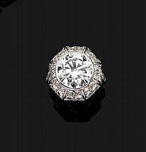 BAGUE En platine (950), à dôme hexagonal orné d'un diamant taillé en brillant, dans un pavage de diamants plus petits Poids de l...