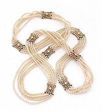SAUTOIR Formé de cinq rangs choker de perles de culture coupés de huit motifs ajourés de bandeaux et hexagones en or jaune 18k (75...