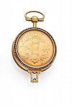 ANONYME FIN XVII ième Montre de col en or. Boîtier rond, carrure décorée de rinceaux émaillés. Cadran émail blanc avec chiffres...