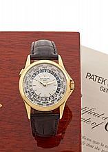 PATEK PHILIPPE WORLD TIME réf: 5110J vers 2000 Belle montre bracelet world time en or jaune. Boîtier rond, fond saphir. Cadran b...