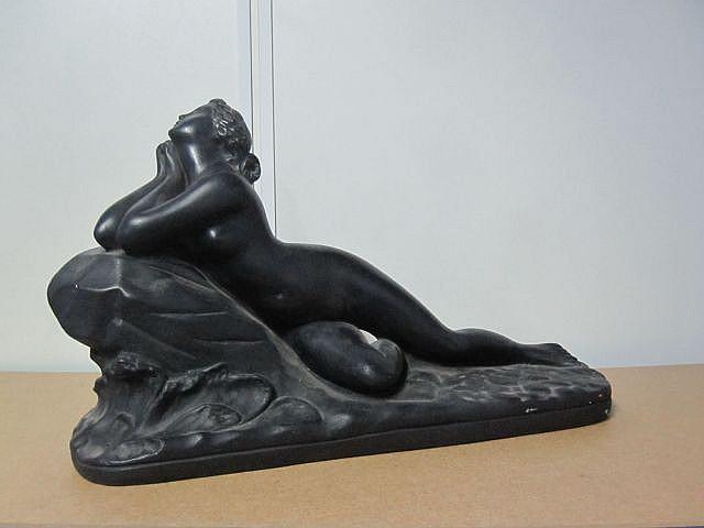 Anonyme Femme nue allongée Plâtre à patine noire  Haut: 27 cm